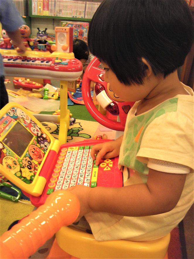 あじさい鍼灸マッサージ治療院 アンパンマンショップで遊ぶ幼き日の長女