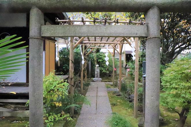 あじさい鍼灸マッサージ治療院 於岩稲荷田宮神社の鳥居