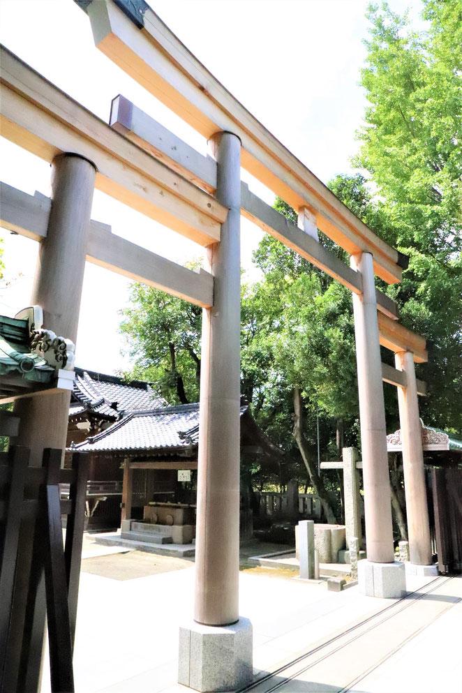 あじさい鍼灸マッサージ治療院 牛嶋神社の三ツ鳥居を斜め後ろから