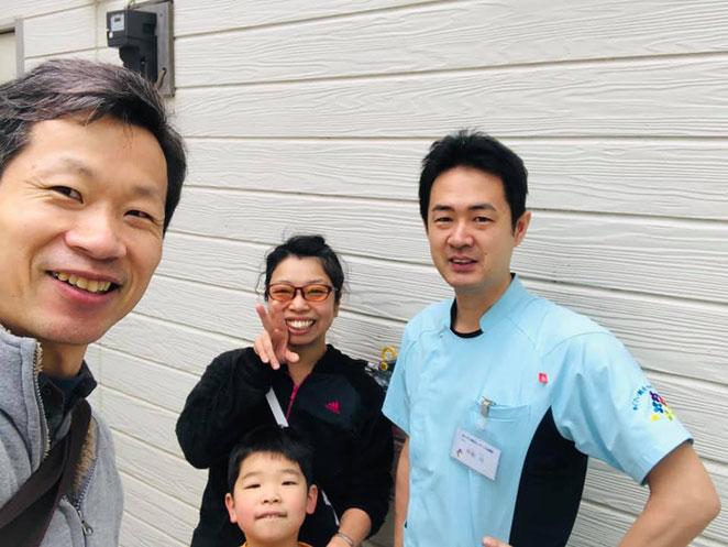 石川先生、卜部先生とあじさい鍼灸マッサージ治療院の前で