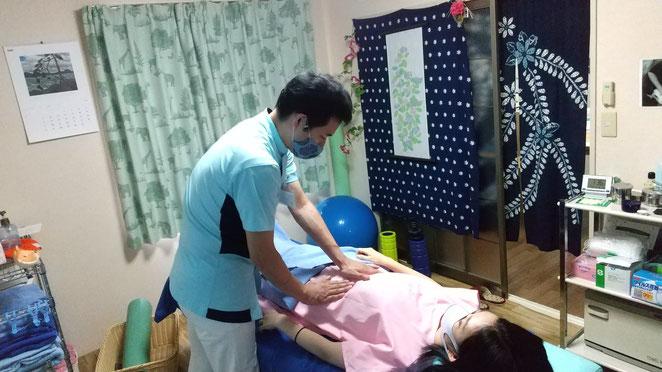 あじさい鍼灸マッサージ治療院 腹診を行っているところ