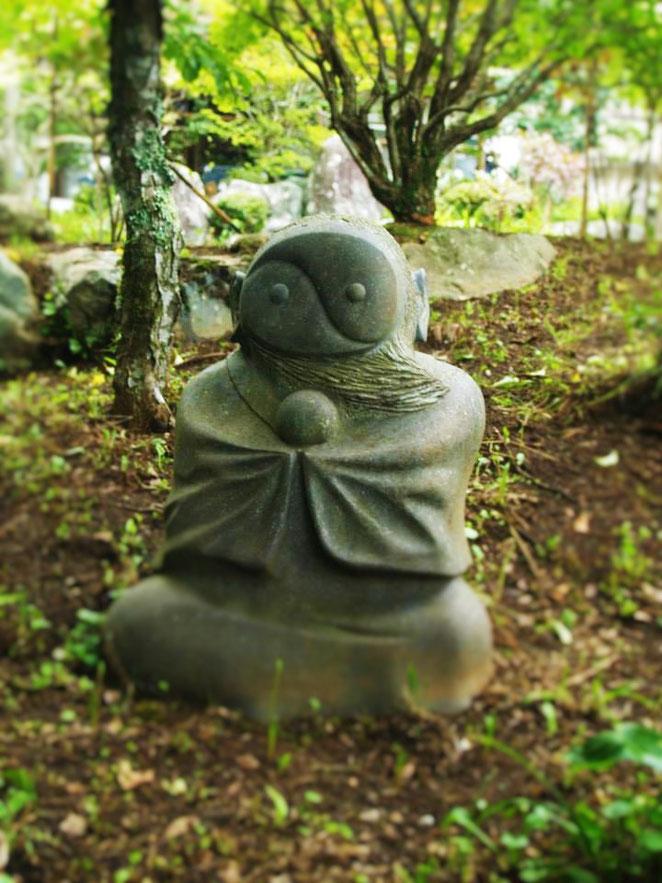 陰陽のマークを顔にした石像。