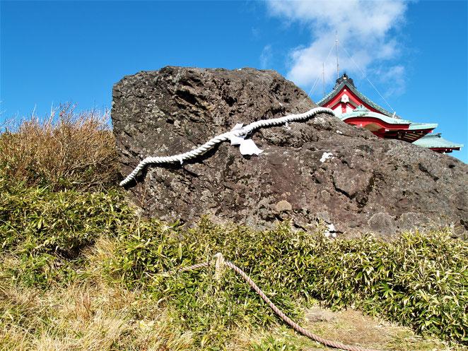 あじさい鍼灸マッサージ治療院 山頂にある大きな岩。霊的な意味があるよう。