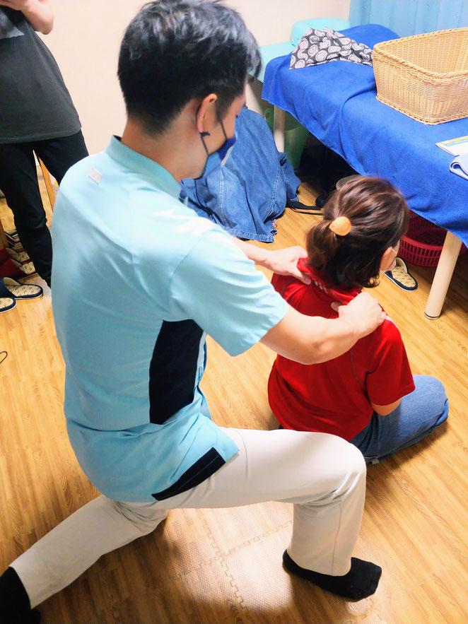 あじさい鍼灸マッサージ治療院 座位での按摩