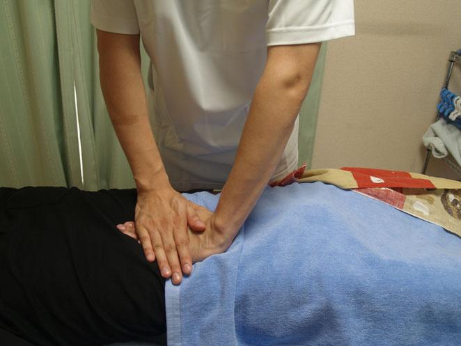あじさい鍼灸マッサージ治療院 腹部(お腹)への振動圧法