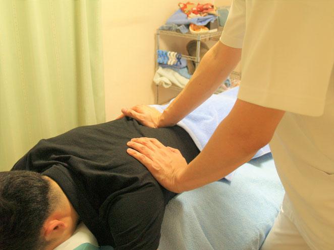 あじさい鍼灸マッサージ治療院 背中の手根圧
