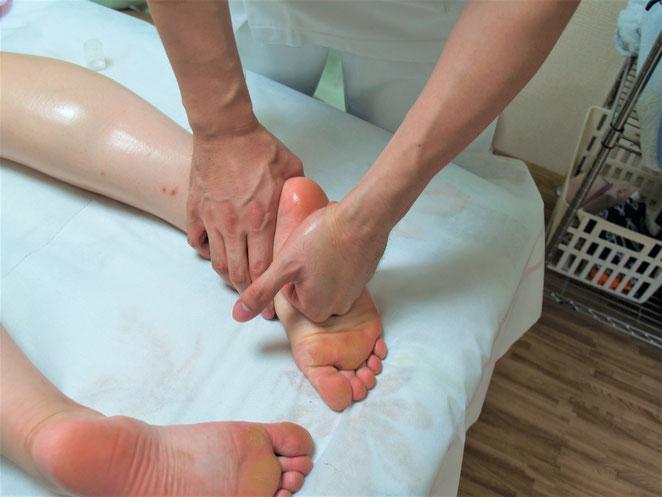 あじさい鍼灸マッサージ治療院 足の裏へのオイルマッサージ