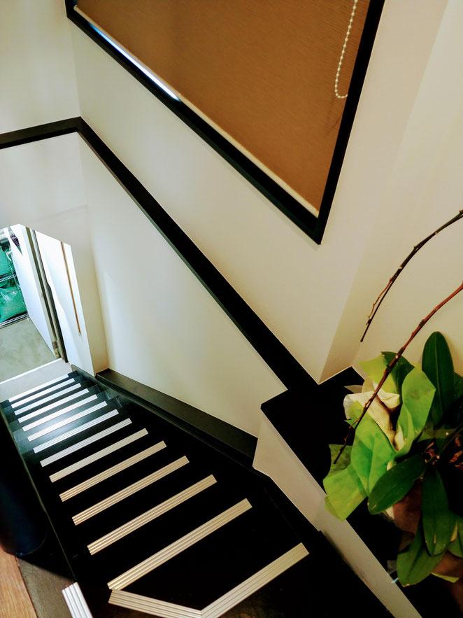 あじさい鍼灸マッサージ治療院 アウンコーヒー階段