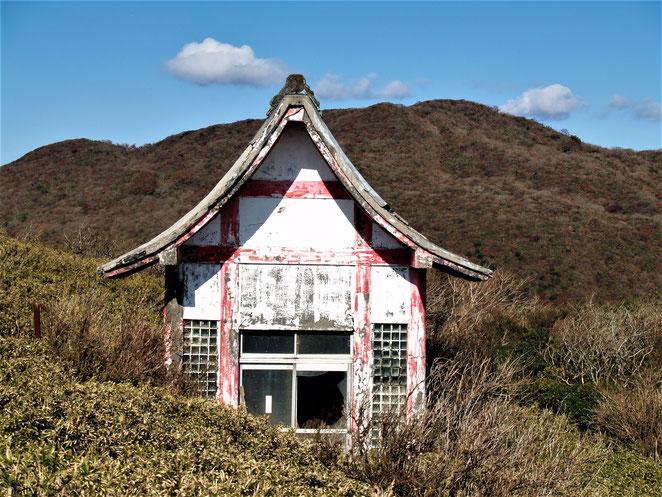 あじさい鍼灸マッサージ治療院 箱根神社元宮近くの建物。台風の被害を受けた?