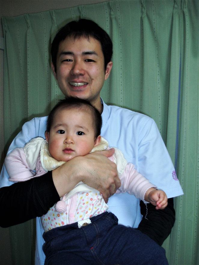 あじさい鍼灸マッサージ治療院 院長と赤ちゃんの頃の子ども