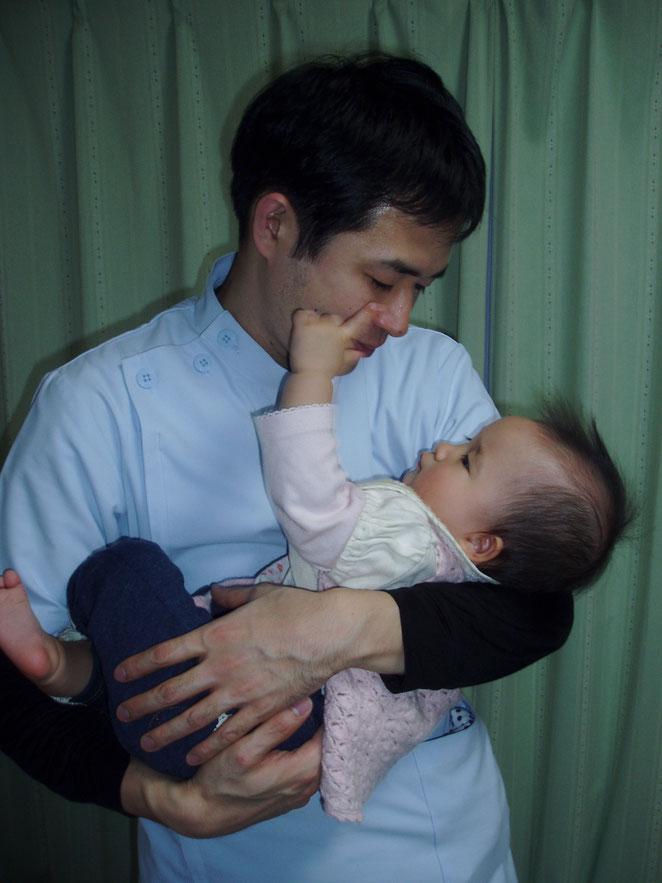 赤ちゃんと見つめ合う院長。