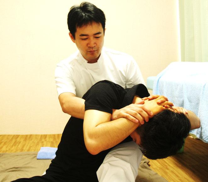 あじさい鍼灸マッサージ治療院タイ古式マッサージ 上半身を回す