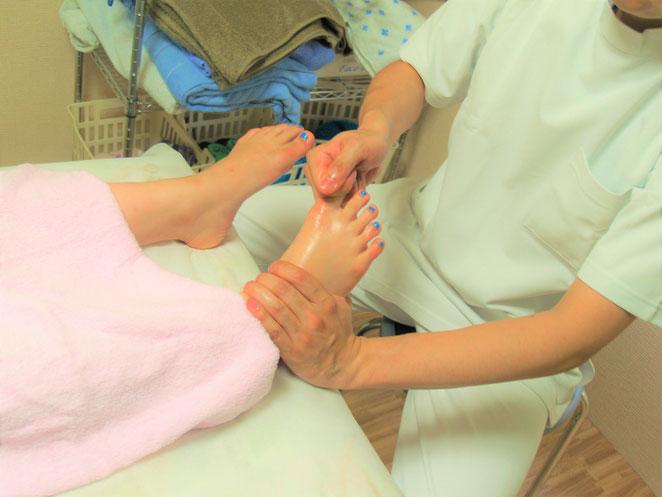 あじさい鍼灸マッサージ治療院 リフレクソロジー足指の牽引