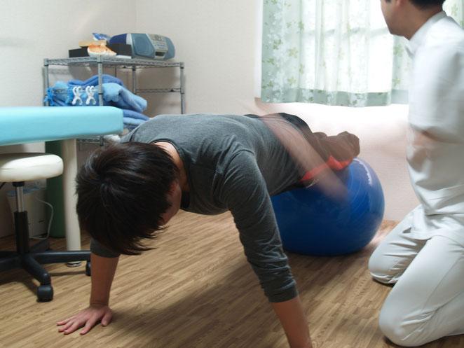 あじさい鍼灸マッサージ治療院 バランスボールを使用したトレーニング
