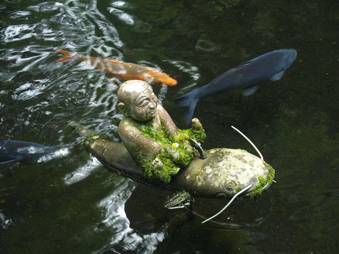あじさい鍼灸マッサージ治療院 本物の鯉とナマズに乗る像