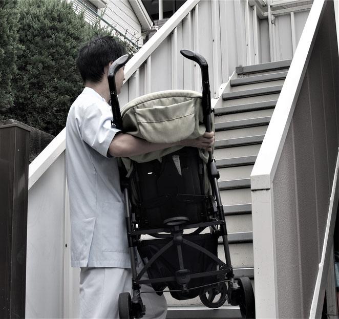 あじさい鍼灸マッサージ治療院 ベビーカーを運ぶ院長