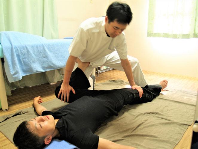 あじさい鍼灸マッサージ治療院 タイ古式マッサージ 股関節のストレッチ