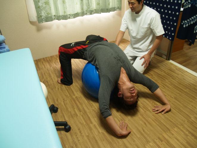 あじさい鍼灸マッサージ治療院 バランスボールを使用したストレッチ