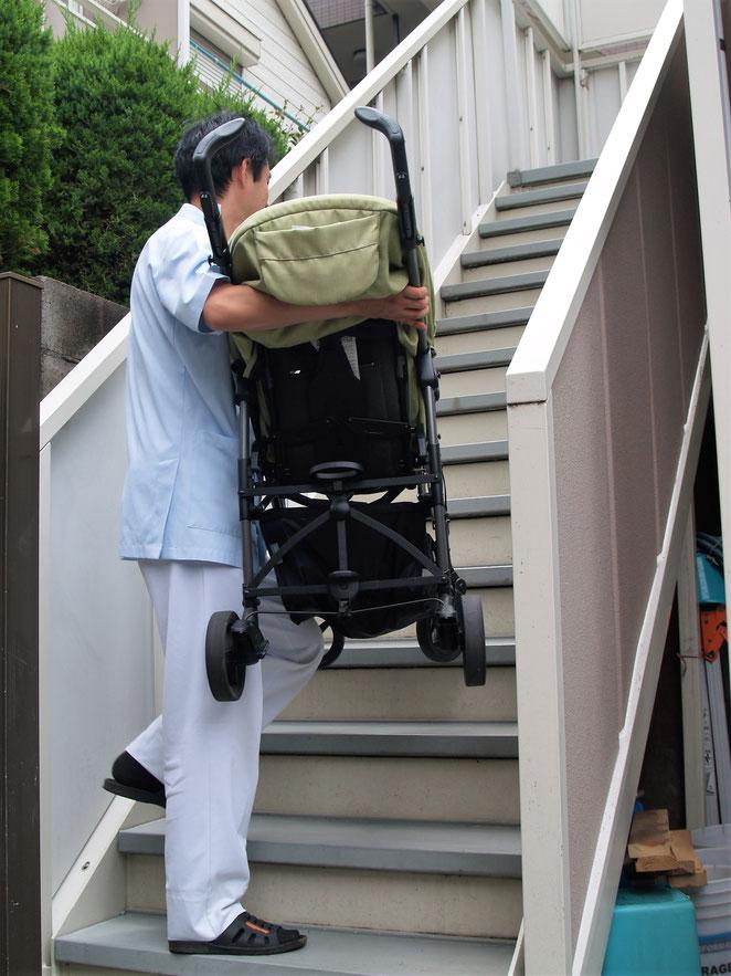 院長がベビーカーを運ぶ。