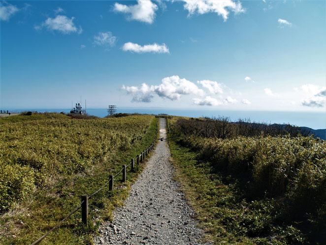 あじさい鍼灸マッサージ治療院 駒ヶ岳頂上。天空の道と呼べるような光景。