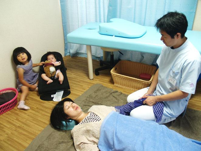 あじさい鍼灸マッサージ治療院 子連れママさんの治療風景
