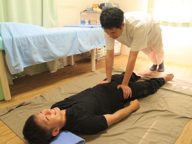あじさい鍼灸マッサージ治療院 タイ古式マッサージ 大腿動脈を抑える手技