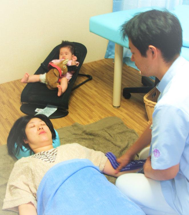 子連れの患者さんへの治療風景。