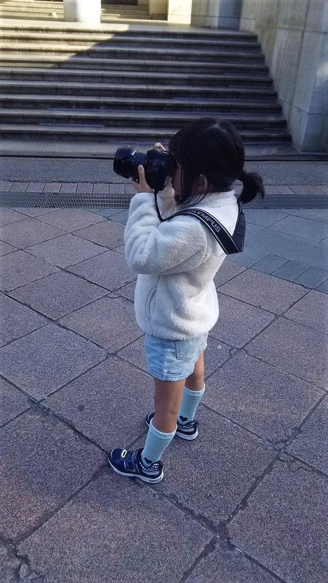 あじさい鍼灸マッサージ治療院 カメラを構える娘