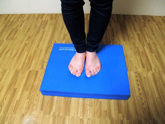 あじさい鍼灸マッサージ治療院 バランスパッドで足指を曲げる