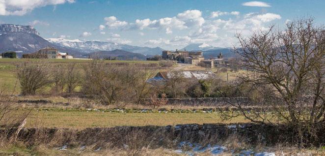 Les fondations des baraquements sont encore bien présentes à quelques centaines de mètres du village