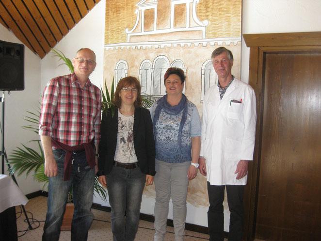 Herr Borner, Frau Wochner und die Angestellten des Hotels (v. l. n. r.)
