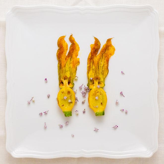 fiore di zucchina al salto con fiori di porro.