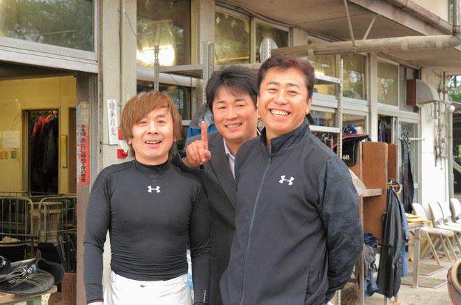 (左から)向山牧騎手、尾島徹調教師、井上孝彦調教師