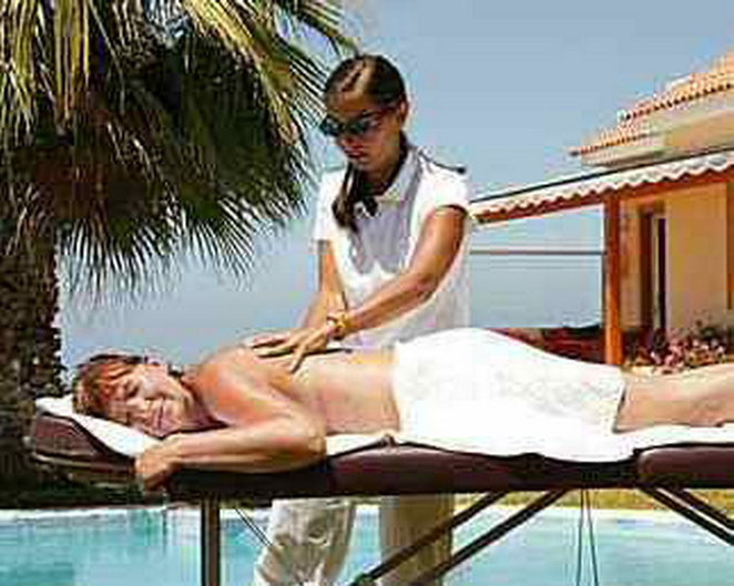 Massage am Pool der Finca Palo Alto mit Ferienhäusern in Guia de Isora auf tenerife