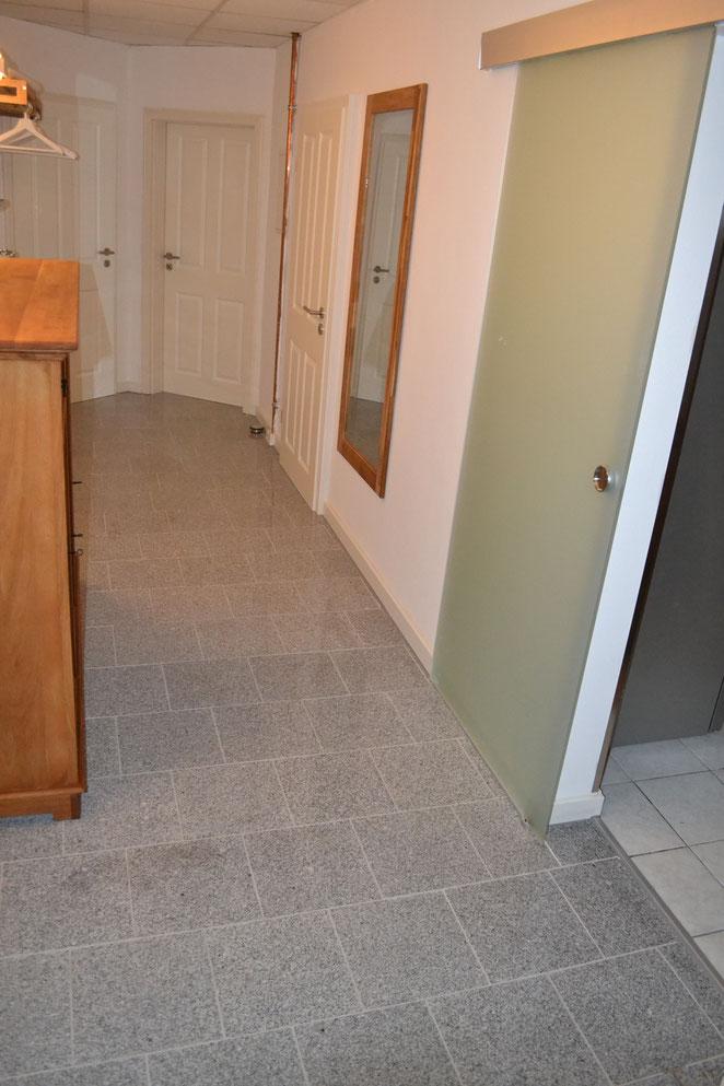 von rechts vorne: Glastür zur Küche, dahinter zum Bad, Wohnzimmer und links in SZ 1