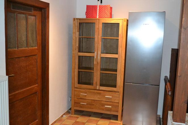 Küche - große Kühl-/Gefrierkombi. Tür führt in Zimmer 4