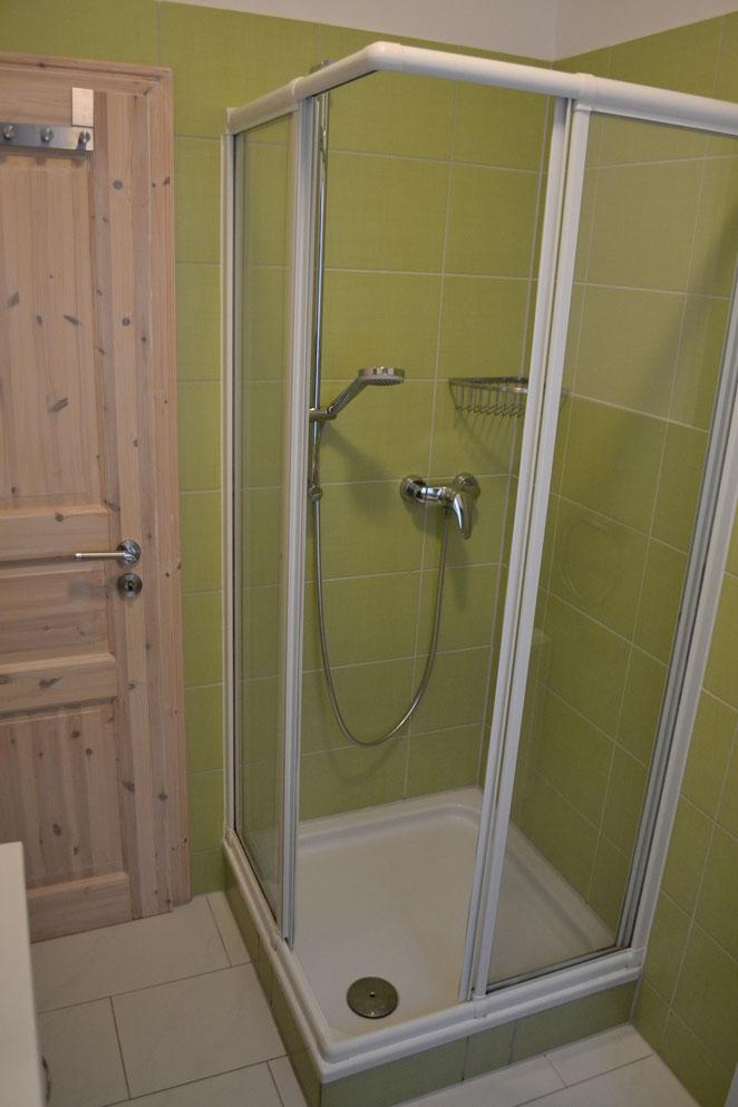 Bad - Dusche u. Tür zur Küche