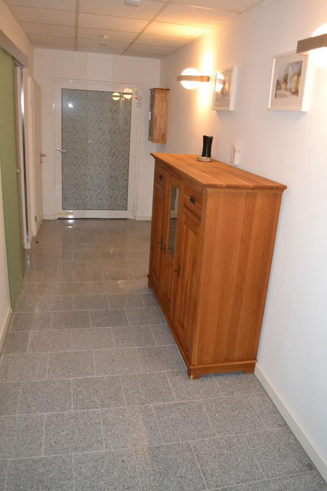 Flur - Richtung Eingangstür fotografiert / Granitfußboden