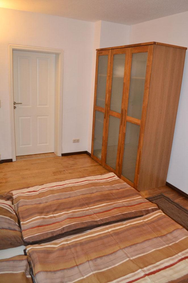 Schlafzimmer 2 - zum Wohnzimmer hin fotografiert- Kleiderschrank 1,50 Meter breit