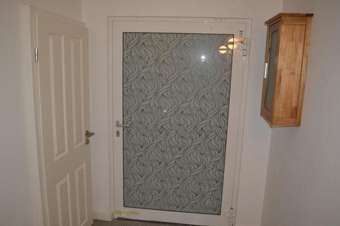 Flur - von links: WC, Eingangstür und rechts Schrank mit erste Hilfe Set