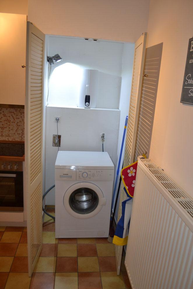 Waschmaschine im Wandschrank der Küche, eine Siemens und NEU