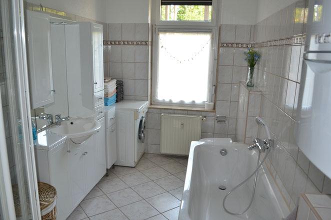 Bad - mit Dusche /Wanne / Waschtisch / Waschmaschine