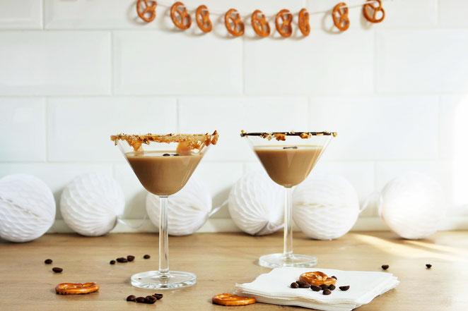 Bild: Espresso Martini Rezept – Cocktail mit kaltem Kaffee und Wodka, der ideale Party Cocktail aufgepeppt mit Salzbretzeln, Schokolade und salted Caramel. // Rezept und Anleitung von partystories.de // #coldbrew #coffeecocktail #Martini #Partyrezept