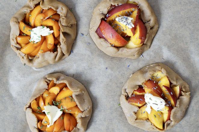 Aprikosen- und Pfirsich-Galettes vor dem Backen