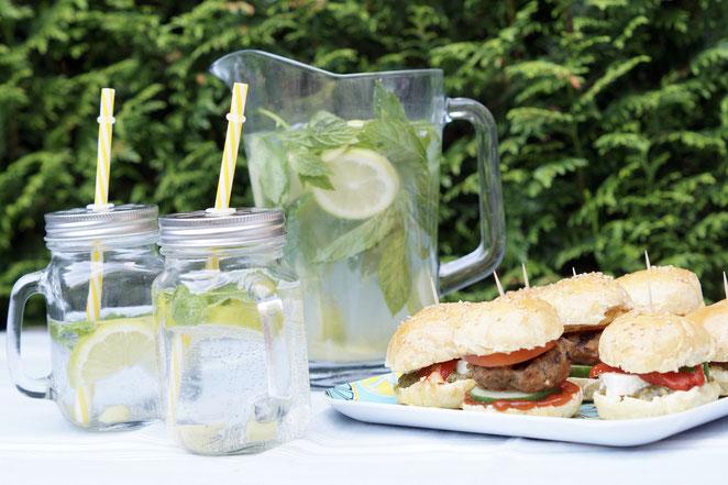 Zitronen-Minze-Wasser und Mini-Burger