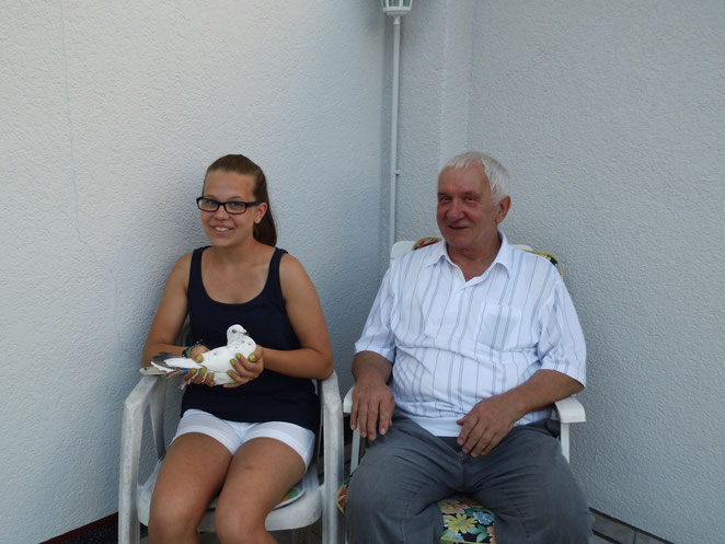 H.J.Skroch mit Enkelin und ihrer Lieblingstaube.