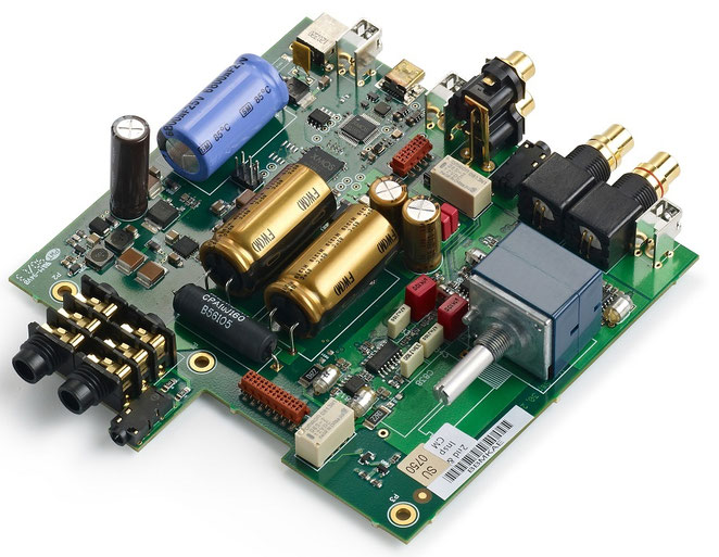 デジタル部、アナログ部の最適レイアウトを実現。高密度6層基板に、大容量コンデンサーや信号経路の最適位置にフロントパネルアから遠隔配置された大型アナログボリュームなど高音質パーツを投入したシンプルなハンドメイド基板。