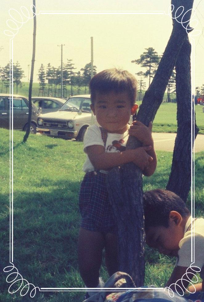 JJ風ポージングを開発した3歳。右下は兄のくまちゃん。