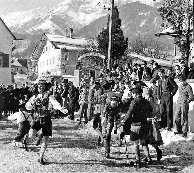 """Muller vor dem Gasthof """"Stangl"""" in Thaur"""