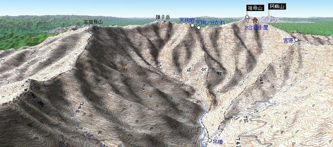 この盆地の右手に尾平鉱山があり、左の尾根を下ると高千穂だ。